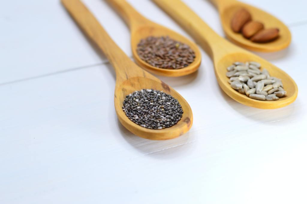 tipos de sementes em colher de pau
