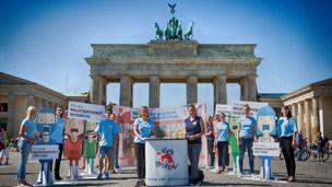 VIER PFOTEN Aktion vor dem Brandenburger Tor
