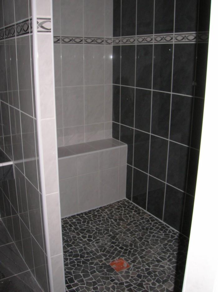 galets sur le sol de la salle de bains