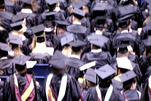 Die Abschlussfeier an einer Highschool ist ein Höhepunkt – Konstantin hatte an seiner Schule nur Ärger. Foto: S. Demiroz (Getty Images)
