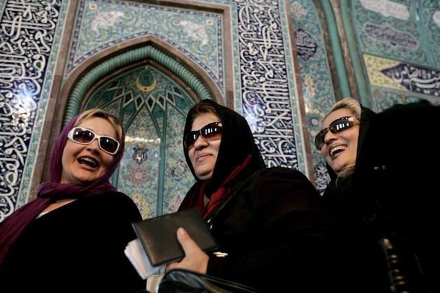 Das Selbstverständnis der Iranerinnen hat sich in den vergangenen Jahren verändert: Frauen in der Hosseyniyeh Ershad Moschee in Teheran. (Archivbild)