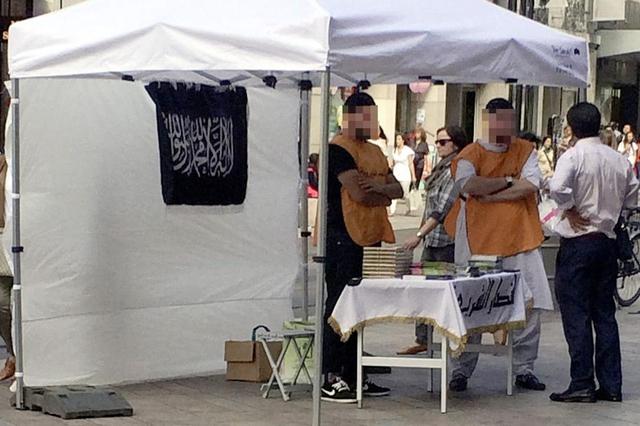 Le 30 mai 2014, à la place du Molard, des corans sont distribués sur un stand arborant un drapeau musulman repris par les djihadistes. Alerté, le Service de renseignement de la Confédération mène son enquête.<br />