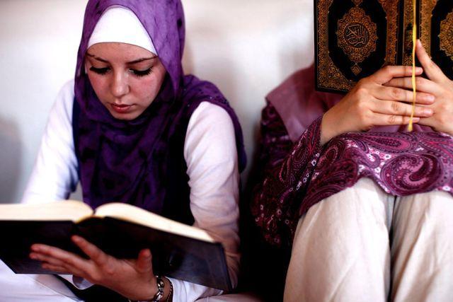 Spielen eine wichtige Rolle für religiöse Gemeinschaften: Bosnische Musliminnen lesen im Koran. (Archivbild)