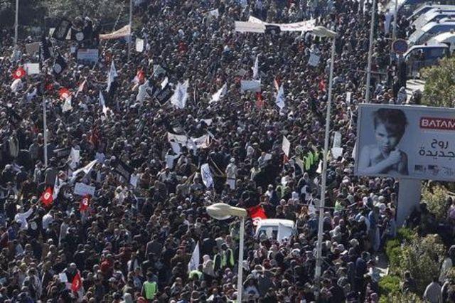 Brandissant des drapeaux noirs et blancs reprenant des versets du Coran, les manifestants par milliers exigent que la «charia» devienne le fondement de la nouvelle Constitution en Tunisie.