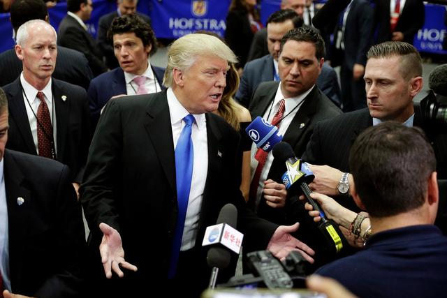 Wie in einer Sekte: Die Reporter spürten es nicht, weil sie es nicht spüren wollten. Bild: Keystone