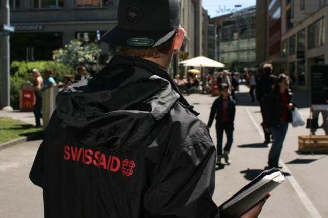 Sein Einsatz kostet 850 Franken pro Tag: Ein Corris-Mitarbeiter sammelt für Swissaid. (Archivbild)