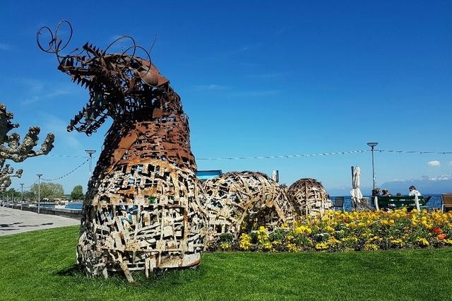 Le Monstre du Léman est posé à l'entrée du port de Nyon. Il y restera tout l'été.