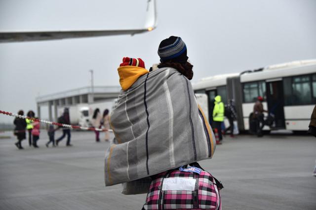 Plötzlich mit Pass. Jedes Jahr werden Tausende von Bewilligungen für Auslandreisen von Flüchtlingen erteilt (im Bild: Eritreer und Äthiopier am Flughafen).