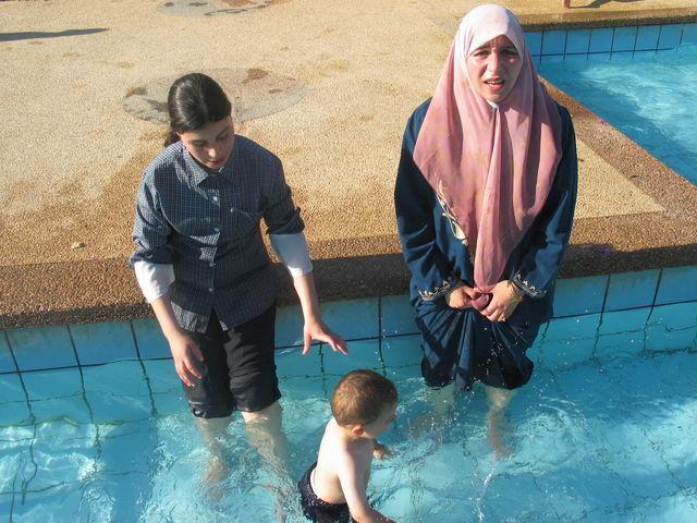 Le tribunal considère que l'obligation de participer à des cours de natation mixtes ne constitue pas une atteinte inadmissible à la liberté religieuse.