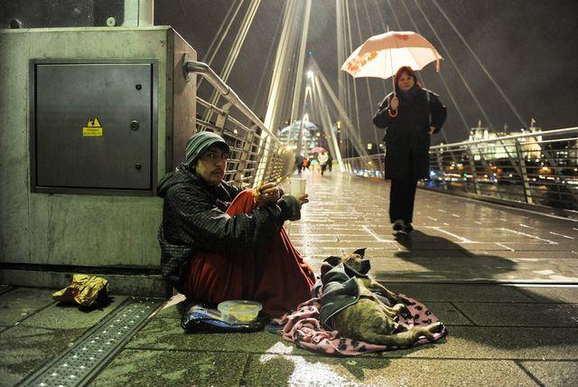 England spart bei den Armen: Ein Obdachloser in London.