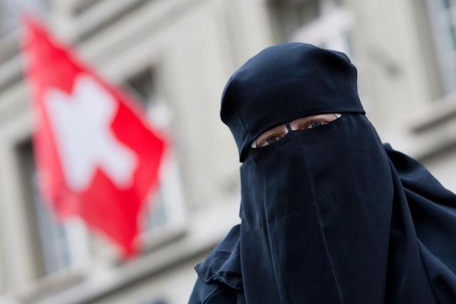 Das Verhüllen im öffentlichen Raum soll mittels Initiative in der Schweiz verboten werden: Nora Illi, Frauenbeauftragte des Islamischen Zentralrates der Schweiz, auf dem Bahnhofplatz in Bern. (19. Mai 2010)