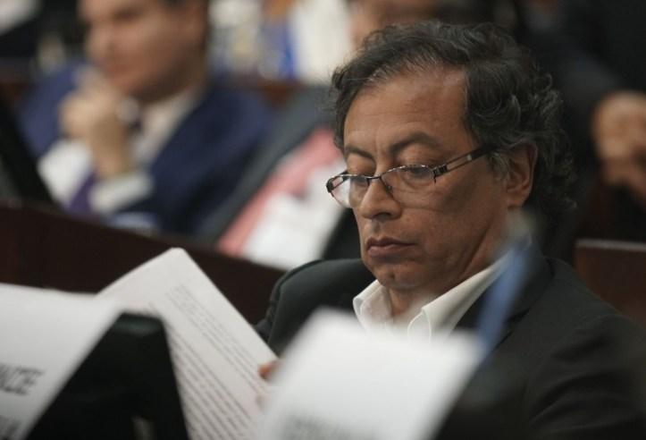Gustavo Petro, criticado por compartir noticias falsas en las ...