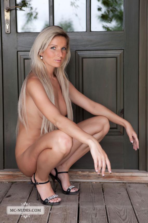 Niky, blonde, strip, bikini, heel, door, pose