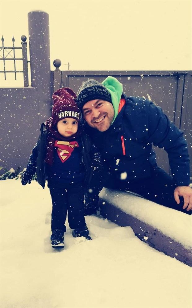 Συγκίνηση: Ο μικρός Παναγιώτης - Ραφαήλ στέκεται στα πόδια του και χαίρεται με το χιόνι