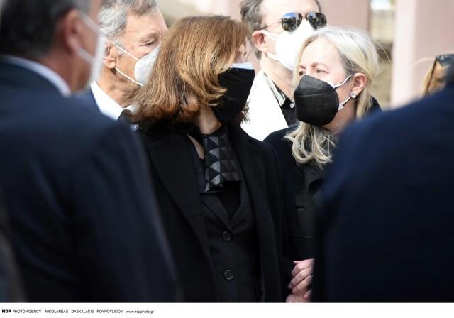 Τελευταίο αντίο στον Τάκη Βουγιουκλάκη: Τραγική φιγούρα η σύζυγός του, Έφη Πίκουλα [εικόνες]