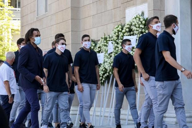 Κηδεία Σάββα Θεοδωρίδη: Σκεπασμένη με τη σημαία του Ολυμπιακού η σορός του [Εικόνες]