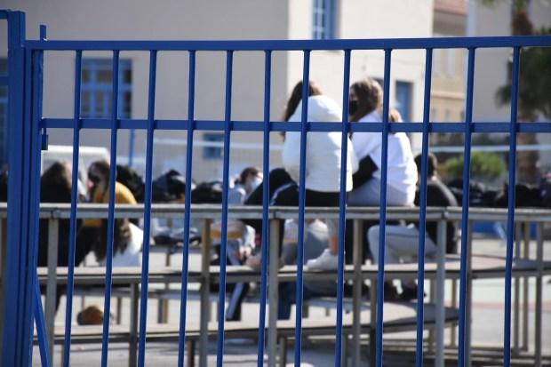 Άνοιγμα σχολείων: Υποχρεωτικά με νόμο τα self test σε μαθητές - Προς 12 Απριλίου η επιστροφή στα θρανία