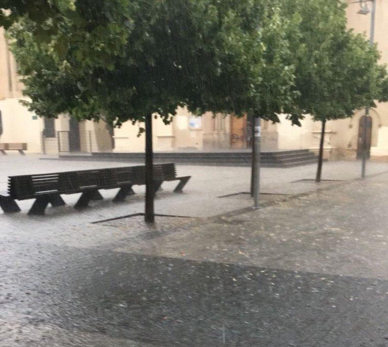 Pluja a la plaça de l'Abat Oliba