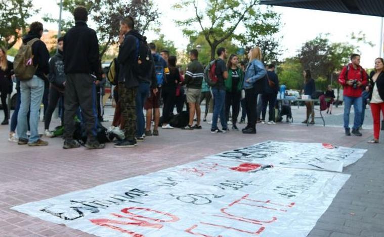 Concentrats davant els jutjats de Sabadell