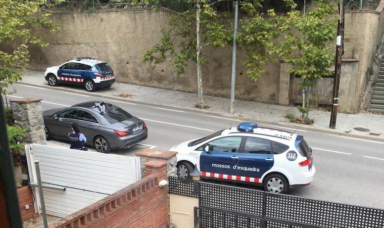 Mossos d'Esquadra intervenint el cotxe dels quatre joves sospitosos