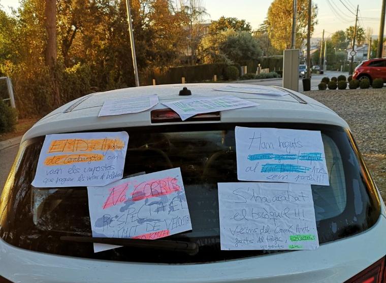 El vehicle que ha obstaculitzat el pas al Camí Antic, ple de cartells sobre la reivindicació veïnal