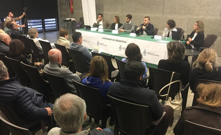 L'alcalde Carlos Cordón respon a les preguntes durant la reunió amb els veïns