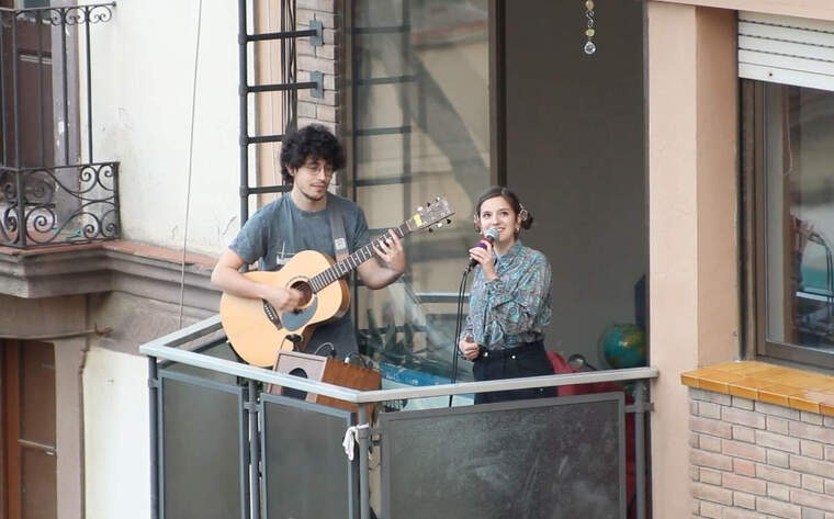 Magalí Sare canta en un balcó durant el confinament pel COVID-19