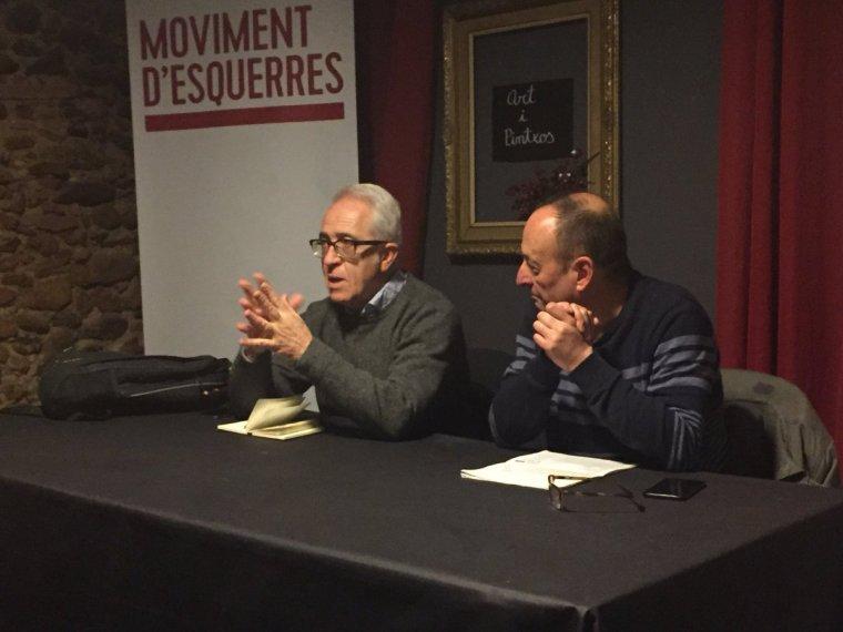 Pere Solà i Jordi Miró, regidor de Moviment d'Esquerres (MES), durant la xerrada a Cal Pintxo
