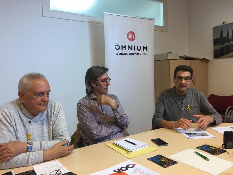 Jordi Mena, Ferran Roig i Fèlix Camprubí (Òmnium Cultural) en roda de premsa