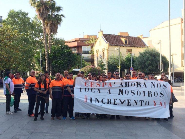 Moment de la concentració dels treballadors de Cespa davant l'Ajuntament el 26 d'abril