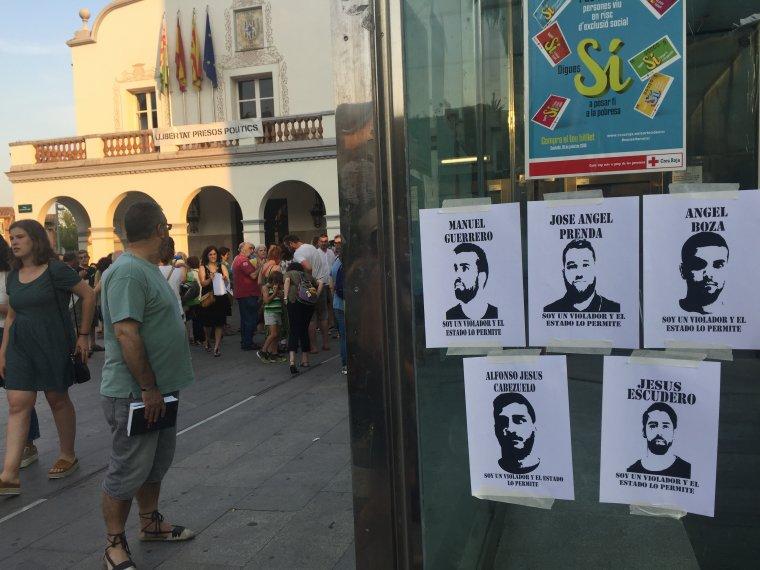 Penjada de cartells a la plaça Abat Oliba en una protesta contra la decisió judicial
