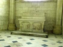 PONTIGNY: jedna z kaplic bocznych / in a side chapel