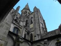 SEMUR-EN-AUXOIS: wieża nad transeptem z dziedzińca wewn. / tower over the transept