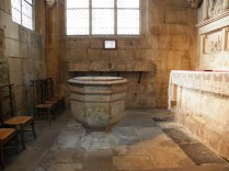 SEMUR-EN-AUXOIS: chrzcielnica w kaplicy bocznej / baptismal font