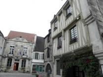 NOYERS: widok na ratusz / hotel-de-ville