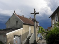 NOYERS: krzyż przydrożny, nadciąga ulewa / wayside cross