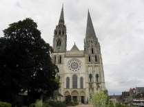 CHARTRES: plac przed katedrą / square in front of the cathedral