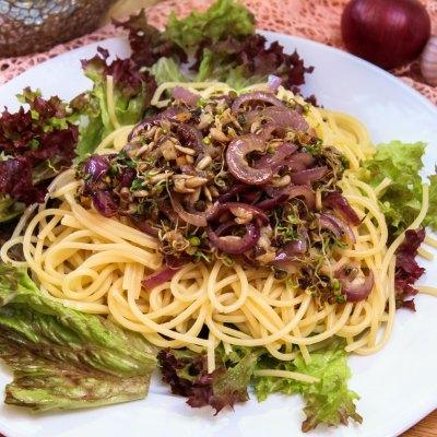 Spaghetti mit Sprossentopping
