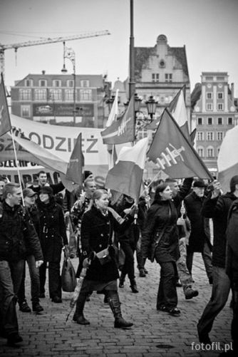 Marsz mlodziezy przez wroclawski Rynek