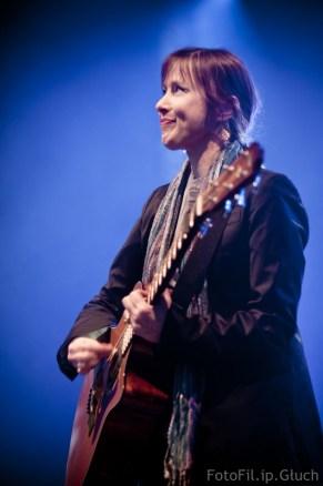 Zdjęcie Suzanne Vega na koncercie we Wrocławiu w trakcie wykonywania przeboju Tom's diner - autor: Filip Głuch - fotofil.pl 2010