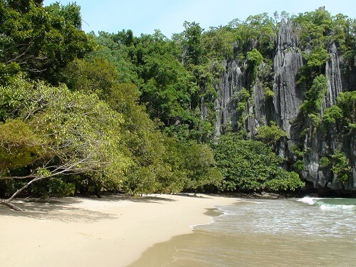 Strand bij de Ondergrondse Rivier - Puerto Princesa, Palawan, Filipijnen