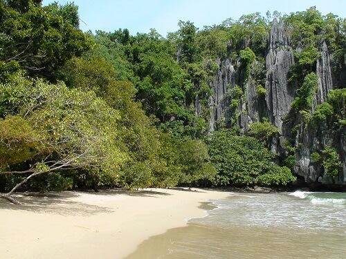 Strand bij de Ondergrondse Rivier - Puerto Princesa, Palawan, Filipijnen