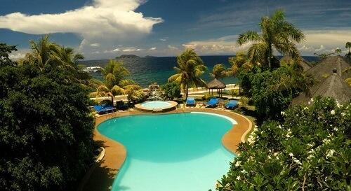 Zwembad Resort M21, met op de achtergrond Apo Island - Dumaguete Omgeving, Central Visayas, Filipijnen