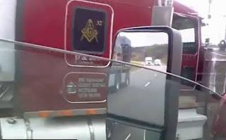 21470165_fema-massoneria-camion-massone-trasporta-bare-della-fema-0