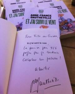 Livre dédicacé par Anne-France Dautheville Et j ai suivi le vent