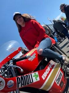 sweat moto femme rouge fille au guidon face