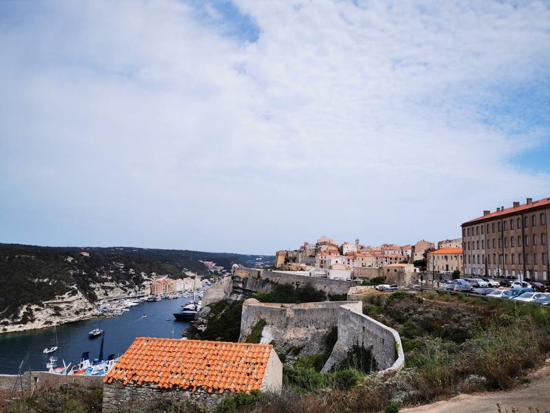 Road trip Corse : Bonifacio - Fille Au Guidon