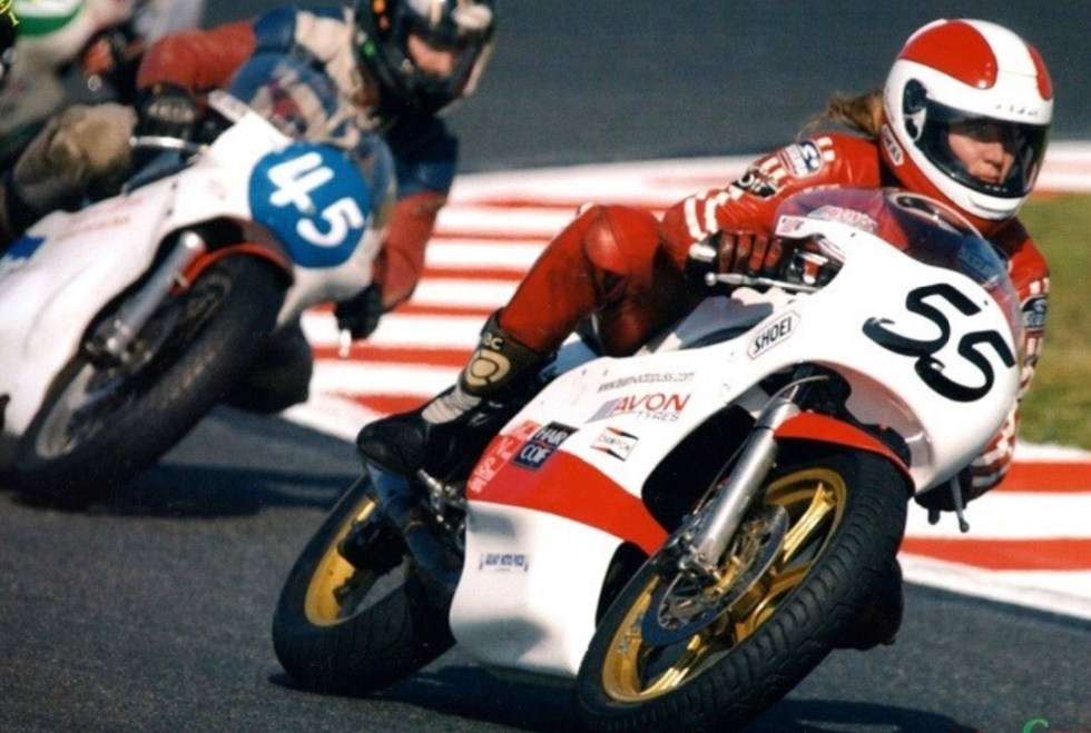 Sandrine Dufils au guidon de sa moto Honda 350