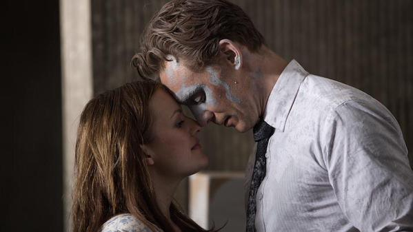 elisabeth-moss-tom-hiddleston-high-rise-01