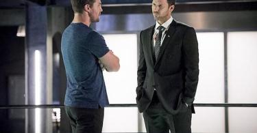 Stephen Amell Wil Traval Human Target Arrow